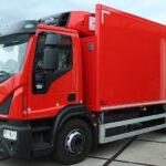 Iveco-voertuig voorzien van laadbak voor biertransport